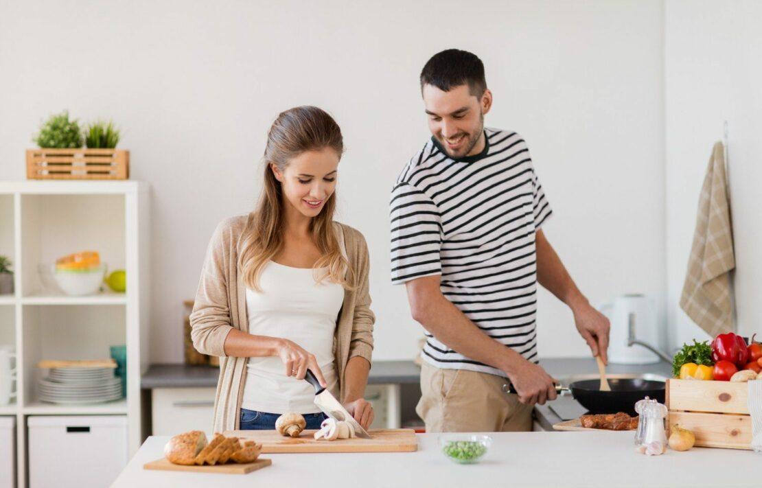 Paar bereiten Speisen zu in der Küche
