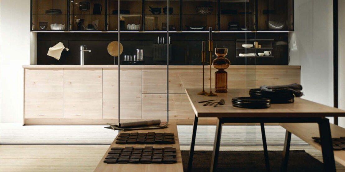 Moderne Küche im schlichten Design mit Glas und Holz