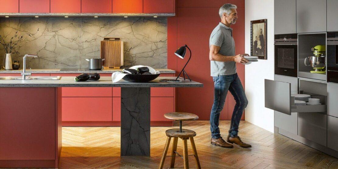 Rote Küche mit Tresen und Einbaugeräten