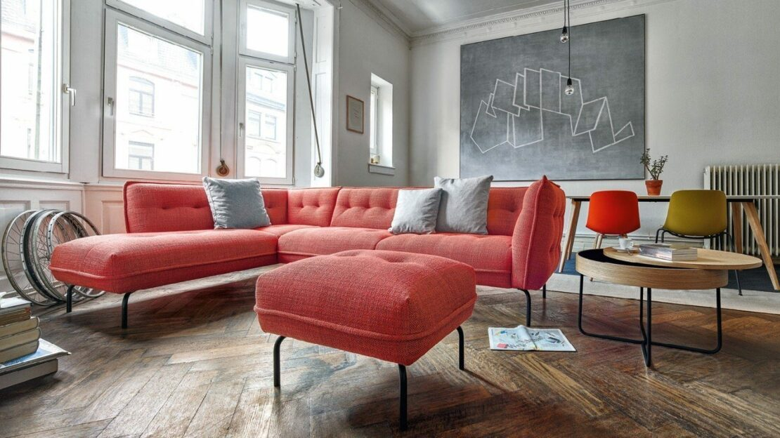 Rotes Sofa in Wohnzimmer