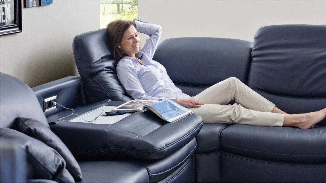 Couch mit Steckdosen zum Aufladen von Smartphone & Co.