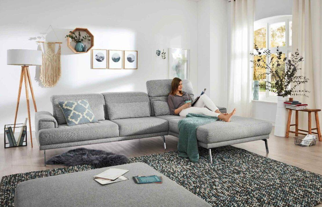 L-förmiges Stoffsofa von Musterring in einem hellen Wohnzimmer