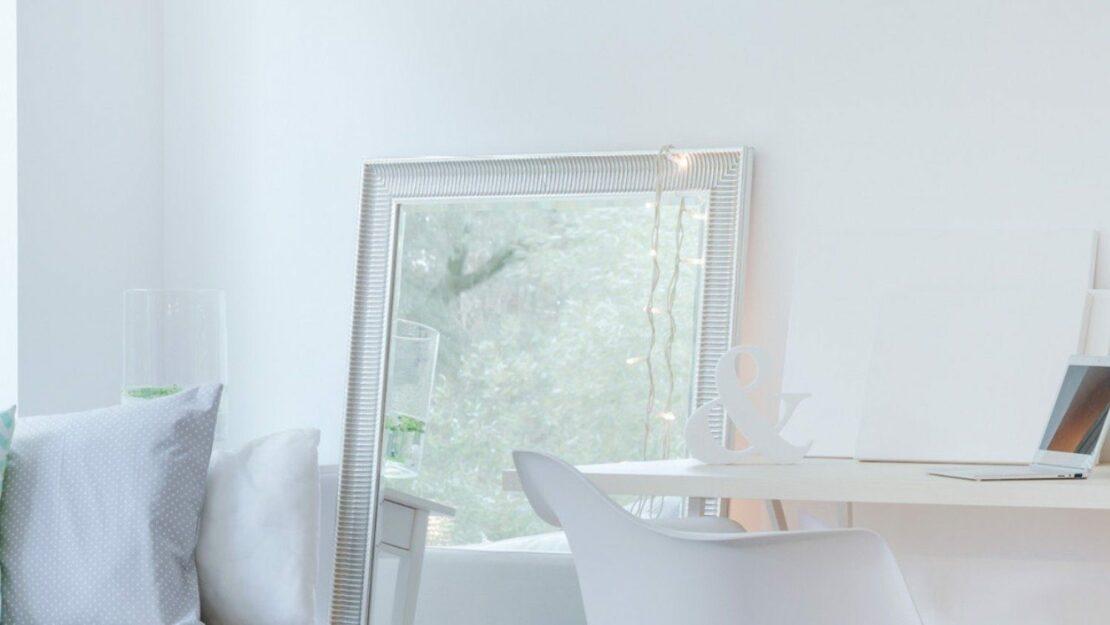 Spiegel lenken das Licht und machen ein Zimmer optisch größer