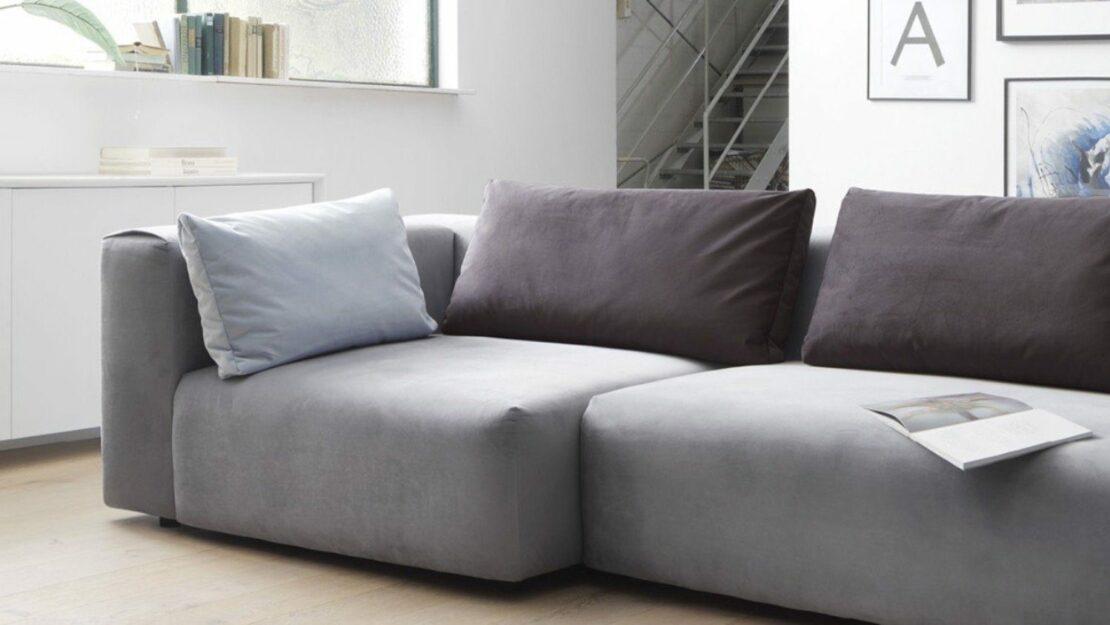 Modernes, flach gestaltetes Sofa