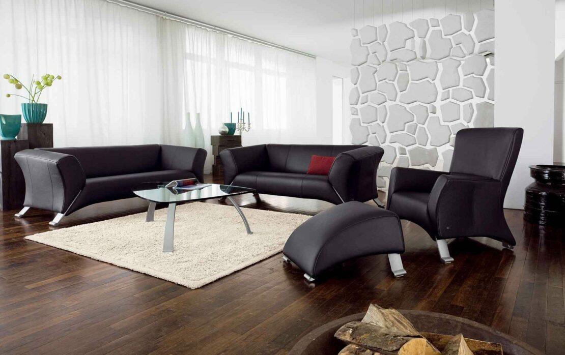 Schwarze Ledermöbel von Rolf Benz in einem modernen Wohnzimmer