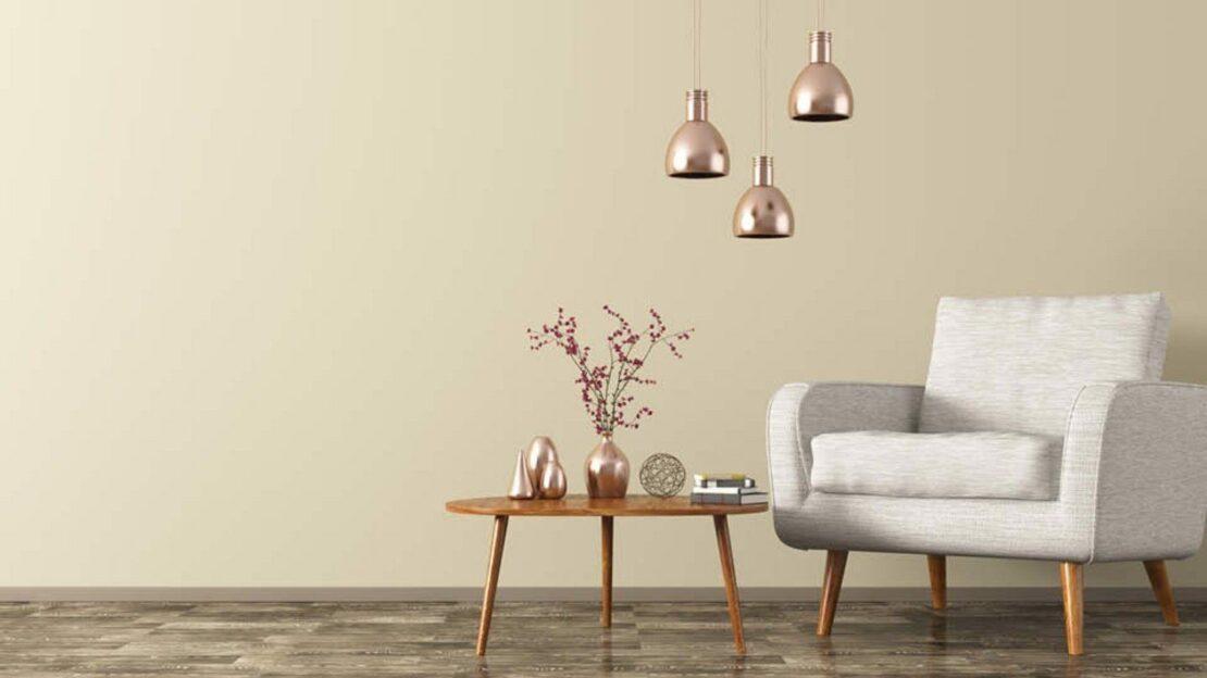 Sessel, Beistelltisch und Deckenlampen für eine Leseecke