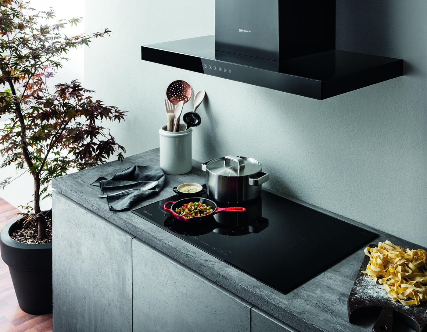 Klassische Dunstabzugshaube mit glänzend-schwarzem Look