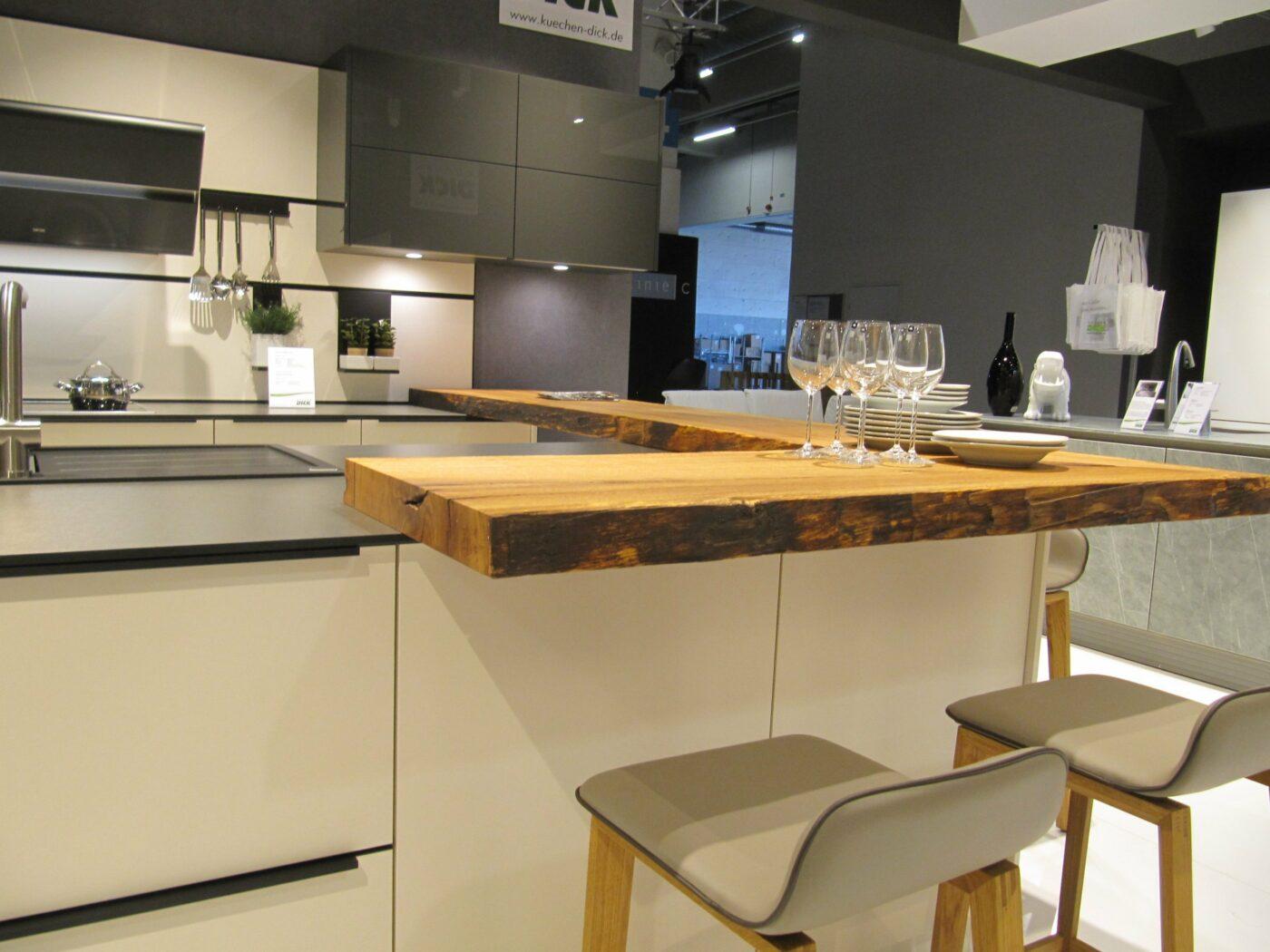 Bei uns finden Sie eine große Auswahl an Materialien für Ihre Küchenfronten und Arbeitsplatten