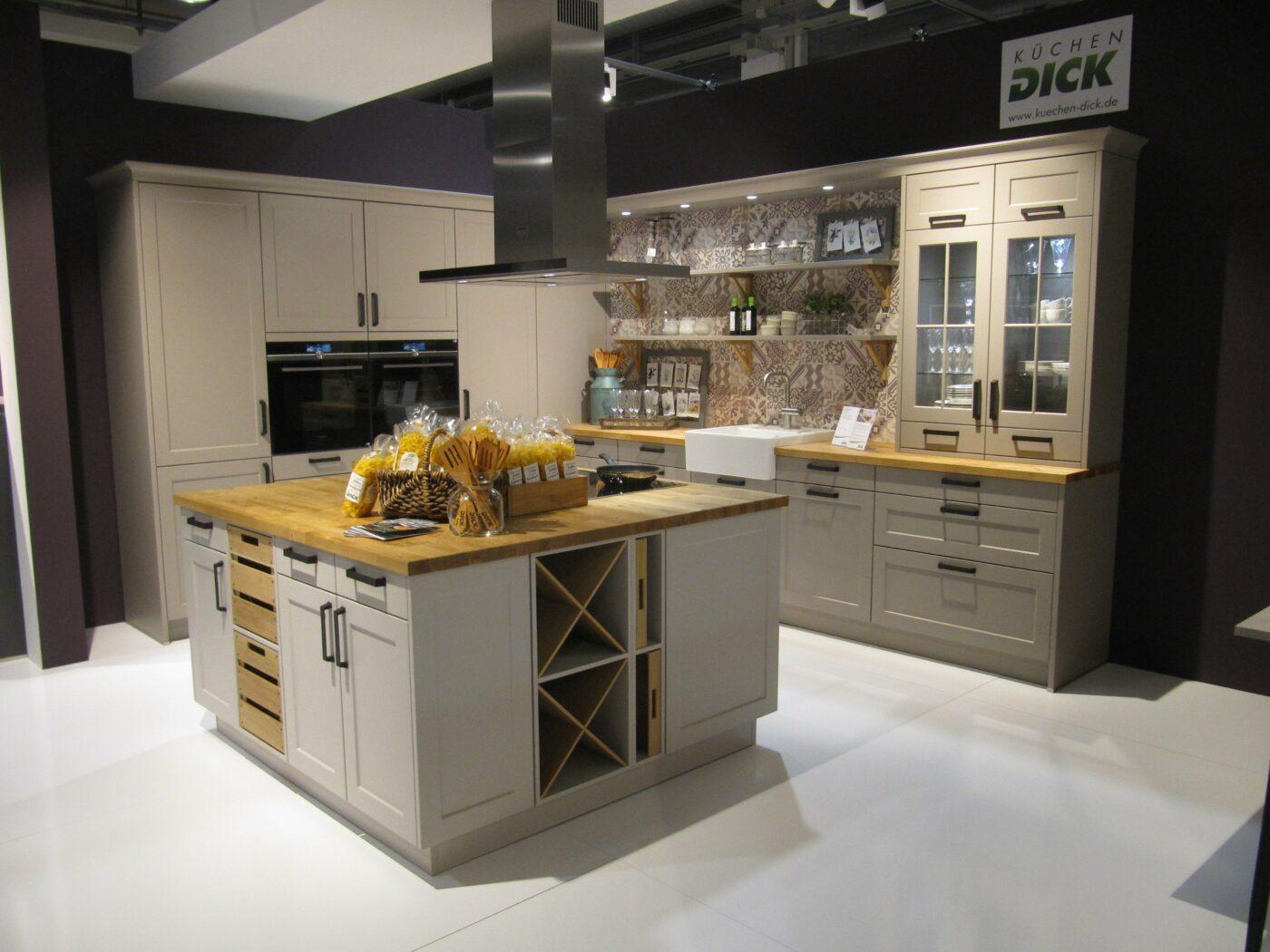 Egal, ob Landhaus-Stil oder minimalistisch modern. Wir haben Küchen in verschiedenen Stilen.