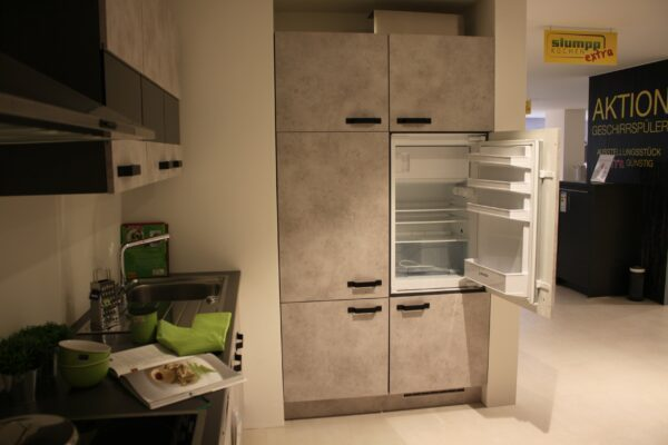 """Küchenblock """"B178209E1112"""" - Junker JC20GB20 Kühlschrank mit Gefrierfach im Schrank offen"""