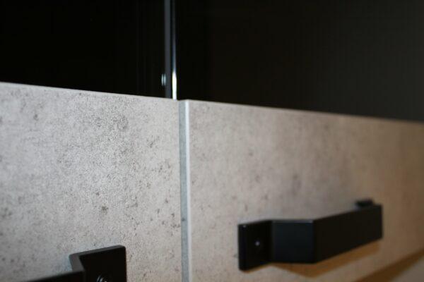 """Küchenblock """"B178209E1112"""" - Nahaufnahme Korpus Schranktüren in Keramik grau"""