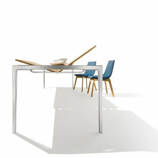 """Team 7 """"Tak"""" Auszugstisch in Eiche geölt - Der Tisch lässt sich mit der integrierten Einlegeplatte im Handumdrehen vergrößern"""