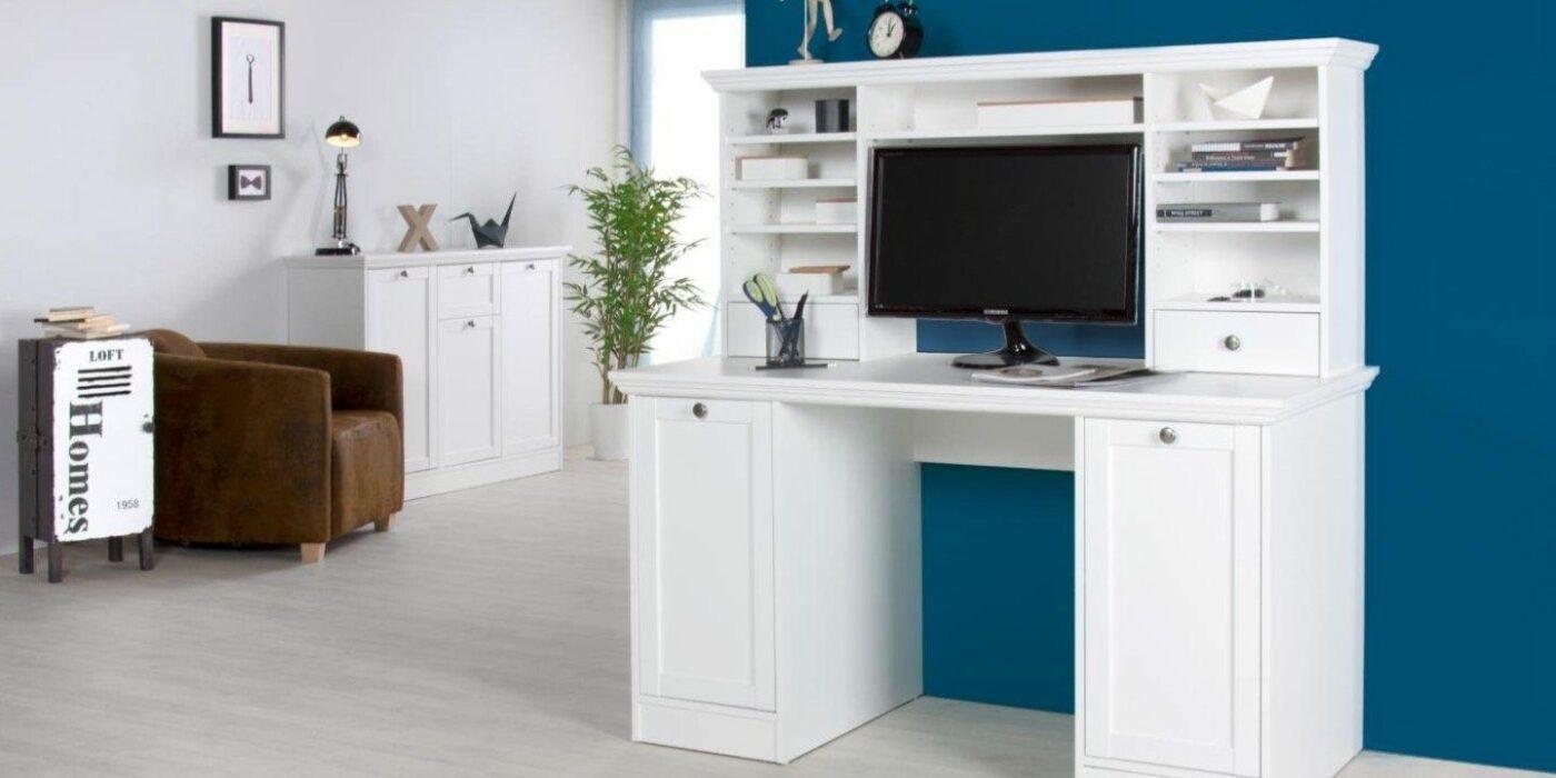 Weißer Schreibtisch, der sich mit seinem Design an andere Möbelstücke anpasst