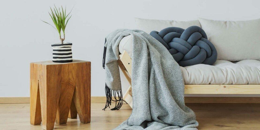 Sofa mit Decke und Kissen, Beistelltisch aus Massivholz