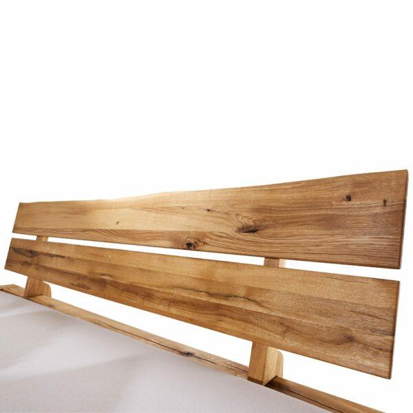 """Trendstore """"Geli"""" Holzbett aus Wildeiche geölt und einem Kopfteil mit Baumkante Detailansicht"""
