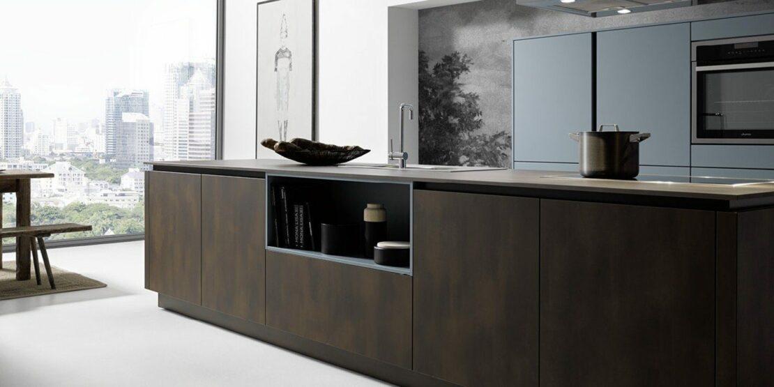 Beispielhafte Küche im modernen Look mit Stahl