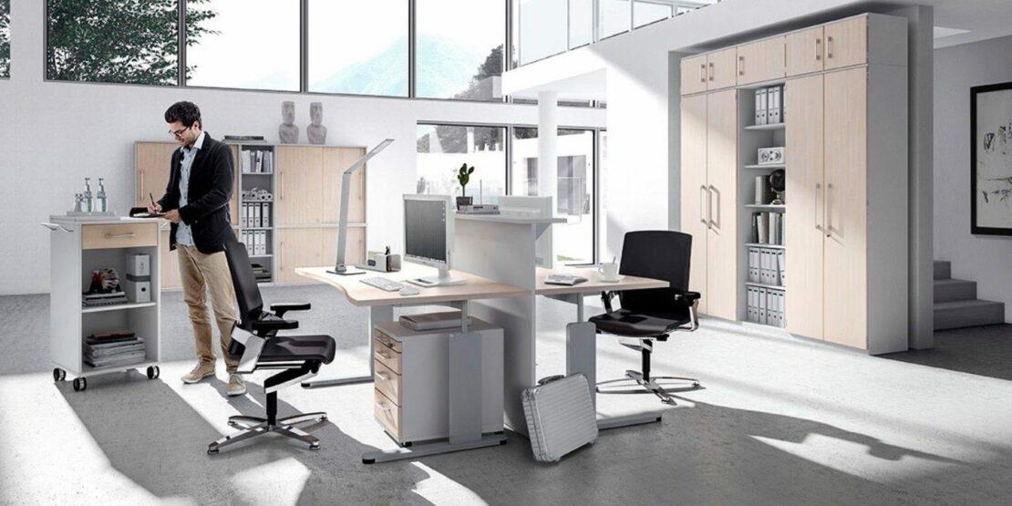 Büro mit höhenverstellbaren Computertischen
