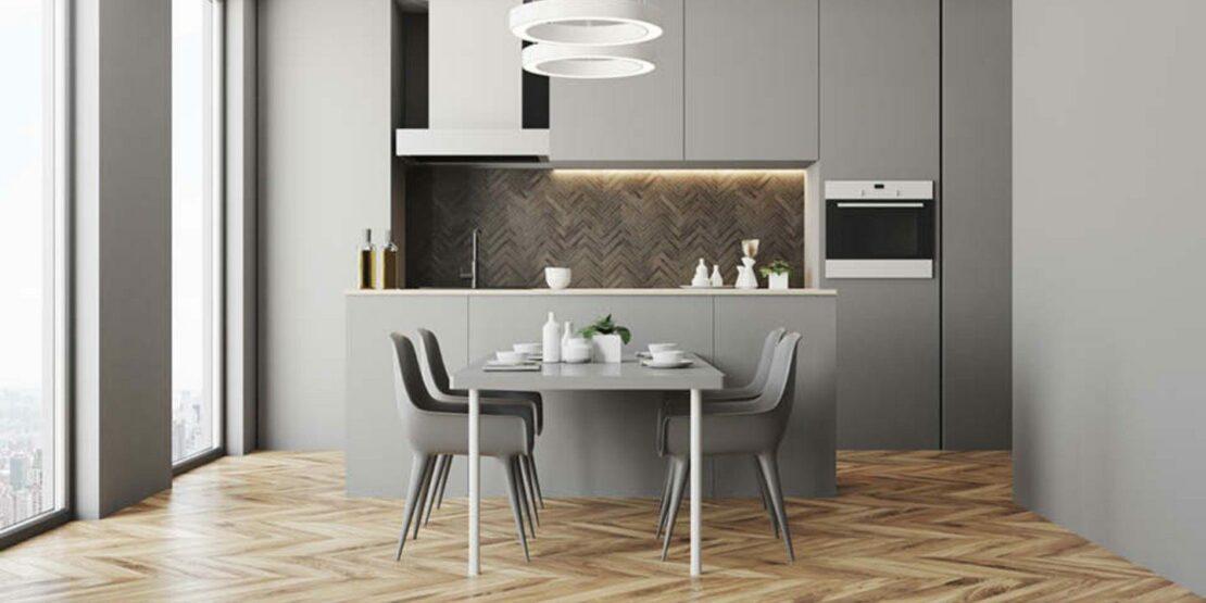 Hellgraue Küche mit Holzfußboden