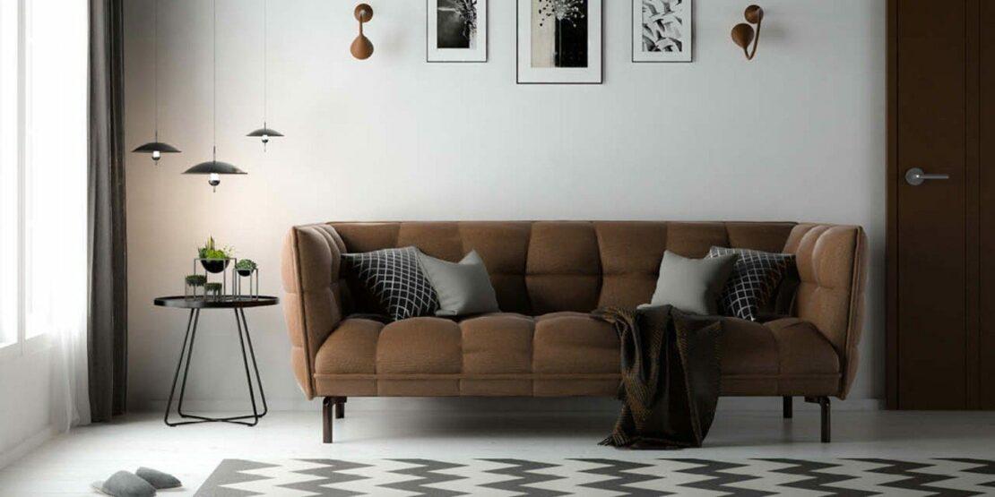 Braunes Sofa und weiße Wand