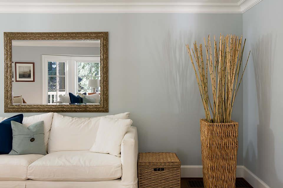 Spiegel mit verziertem Goldrand in Kombination mit Weiß und Holz