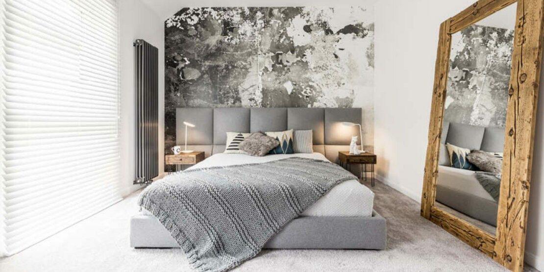 Großer Spiegel an eine Schlafzimmerwand gelehnt
