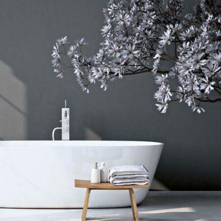 Badezimmer in Grau mit Holzschemel