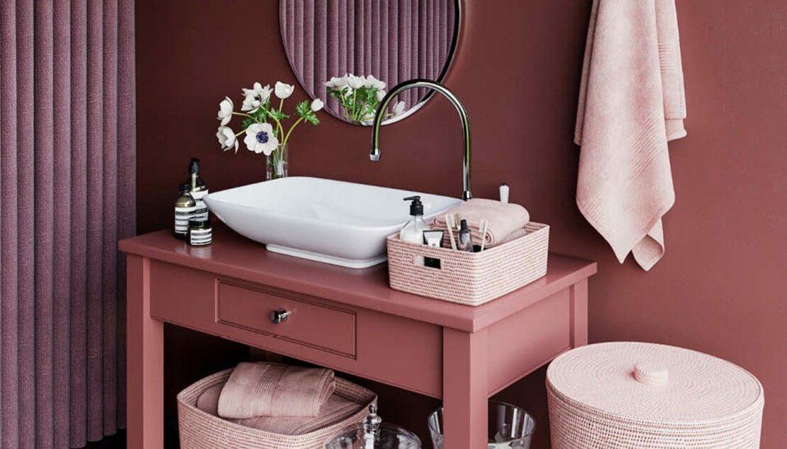 Bad mit Möbeln und Accessoires in Rosatönen