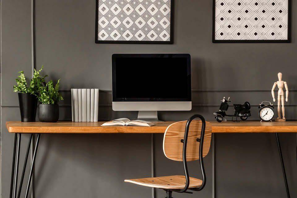 Grau-Schwarze Home-Office-Einrichtung