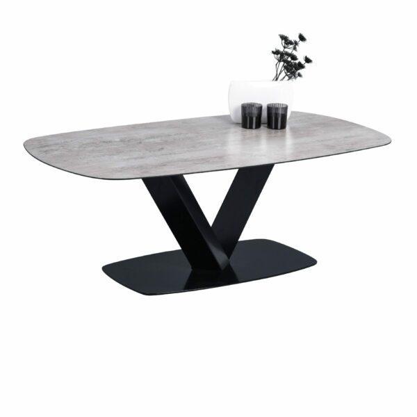 """Trendstore Couchtisch """"Miga"""" mit einer Tischplatte aus Sicherheitsglas in Keramikoptik und einem schwarzen Metallgestell sowie einer Metallbodenplatte Dekobeispiel"""