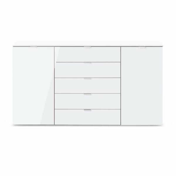 """Kommode """"Edition"""" mit Korpus in Polarweiß und Front in Weißglas, Griffen in Chromfarben sowie 2 Türen und 5 Schubkästen."""