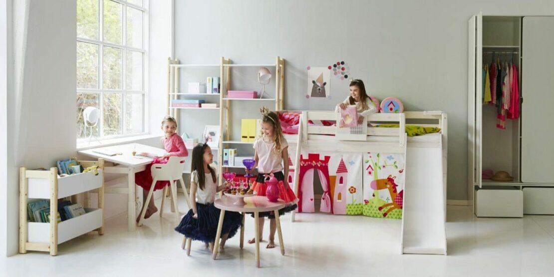 Hell eingerichtetes Kinderzimmer
