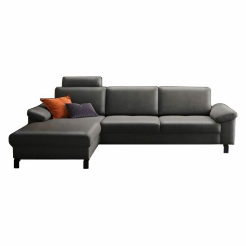"Candy ""Coast Move"" Ecksofa in der Bezugsvariante Bronco grey, mit Ottomane links, Kopfstütze und Füßen aus Metall in Schwarz matt."