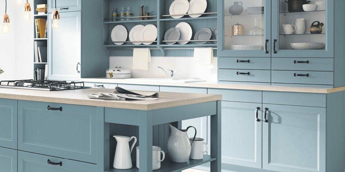 Hellblaue Küche im Landhausstil