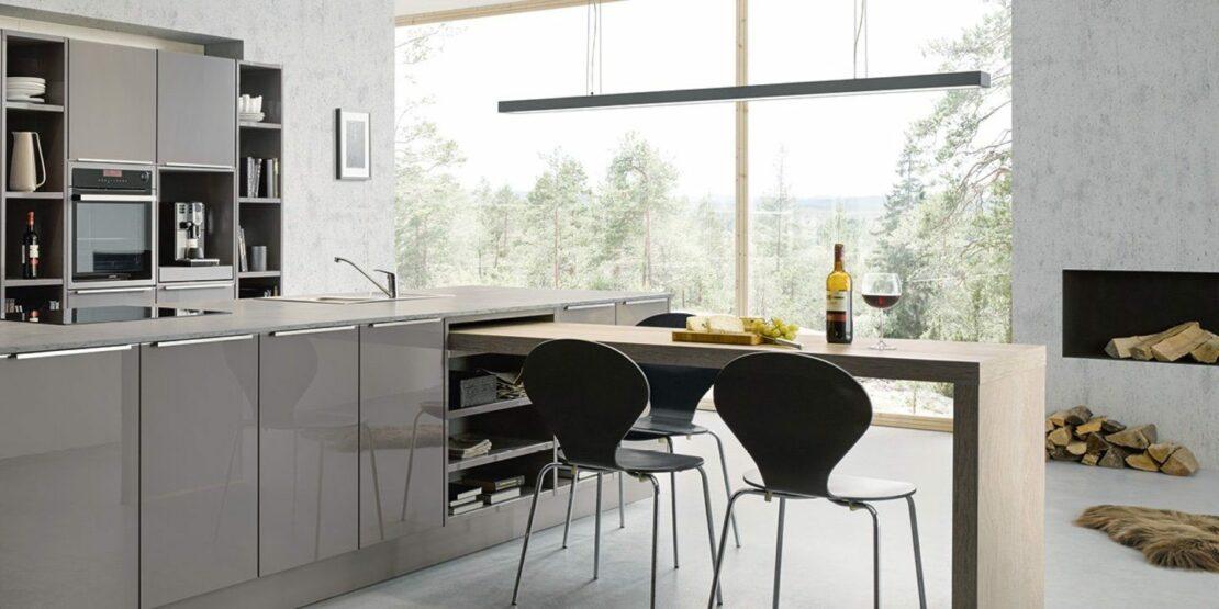 Graue Küche mit integriertem Esstisch