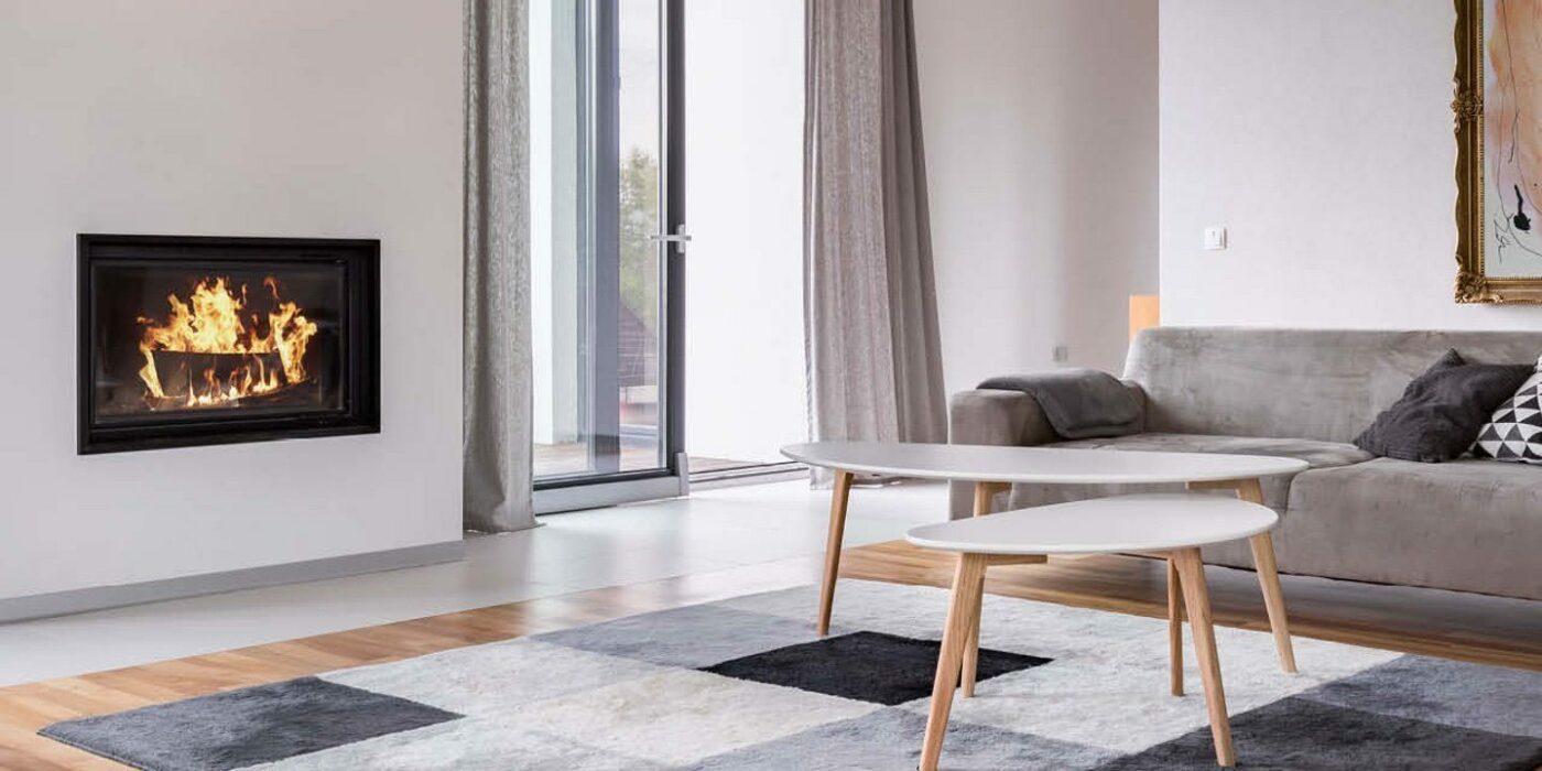 Offenes helles Wohnzimmer im minimalistischen Einrichtungsstil