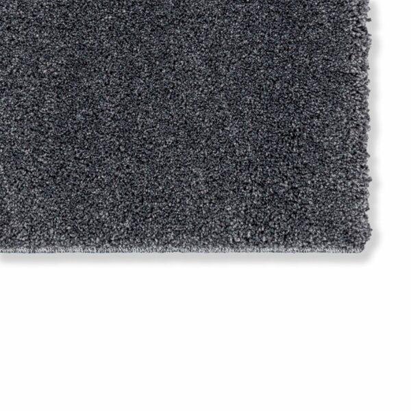 """Astra """"Pure"""" Teppich in der Farbe Anthrazit zeigt Nahansicht der Ecke."""