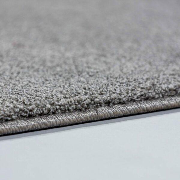 """Astra """"Pure"""" Teppich in der Farbe Silber zeigt Nahansicht der Kante."""
