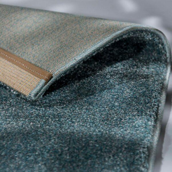 """Astra """"Pure"""" Teppich in der Farbe Türkis zeigt Ansicht der Rückseite."""
