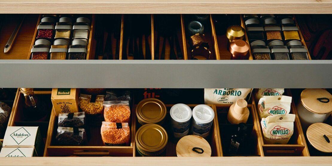 Große, aufgeräumte und sortiere Schublade in einer Küche