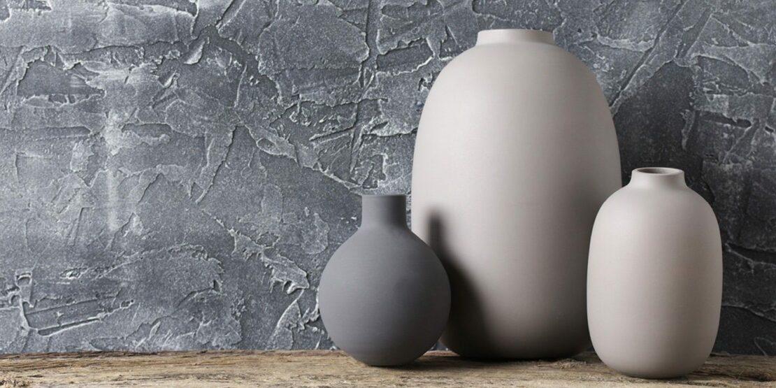 Vasen vor einem grauen Hintergrund