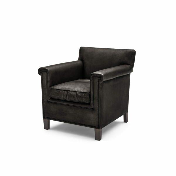 """WK Wohnen """"5002"""" Armlehnenstuhl mit Lederbezug Buffalo in der Farbe Black glänzend in seitlicher Ansicht."""