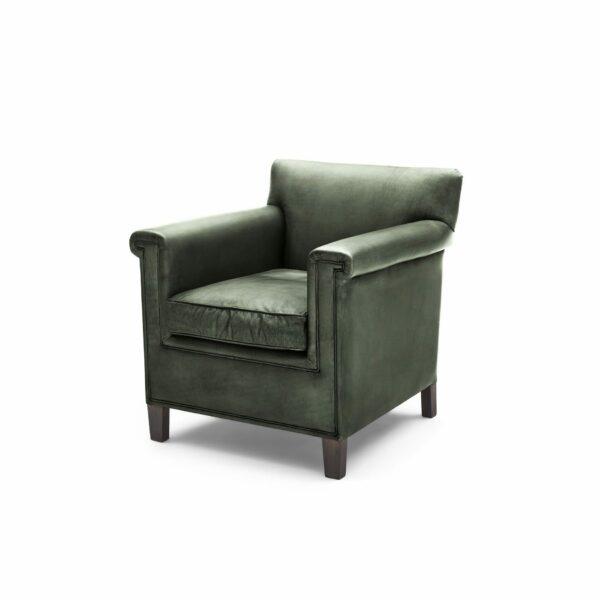 """WK Wohnen """"5002"""" Armlehnenstuhl mit Lederbezug Buffalo in der Farbe British Green glänzend in seitlicher Ansicht."""