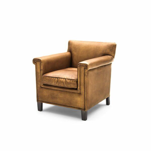 """WK Wohnen """"5002"""" Armlehnenstuhl mit Lederbezug Buffalo in der Farbe Light Brown glänzend in seitlicher Ansicht."""