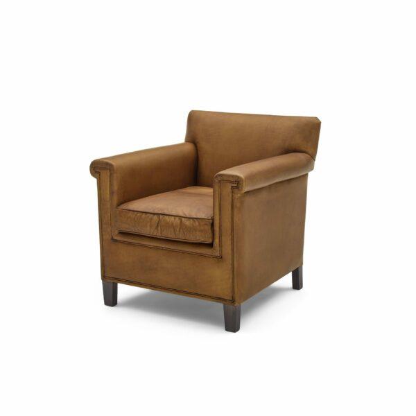 """WK Wohnen """"5002"""" Armlehnenstuhl mit Lederbezug Buffalo in der Farbe Light Brown matt in seitlicher Ansicht."""