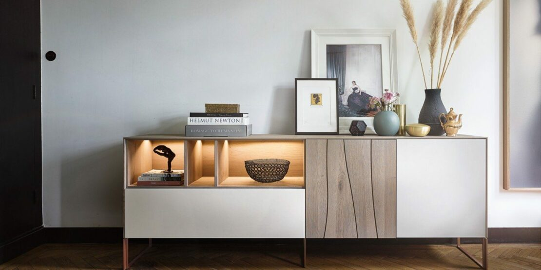 Minimalistisches Sideboard mit Dekoration