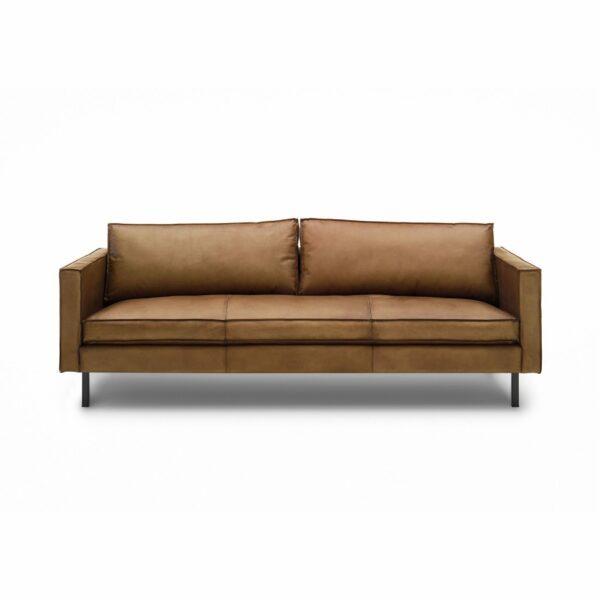 WK Wohnen Edition 6001 Sofa mit Bezug Leder Buffalo matt in der Farbe Light Brown in frontaler Ansicht.