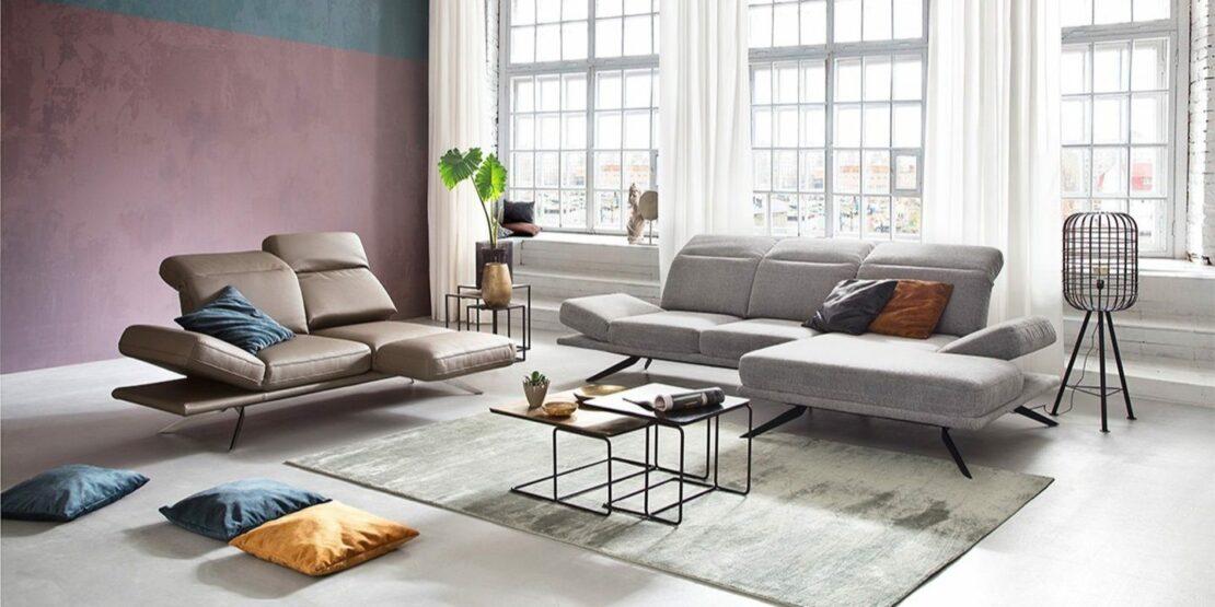 Zwei schlichte und moderne Sofas in einem großzügigen Wohnzimmer