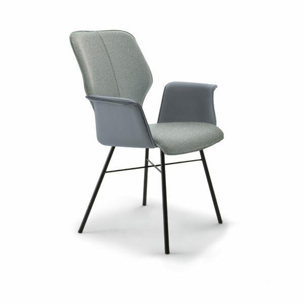 """Musterring """"Nevio"""" Armlehnenstuhl mit Textilbezug innen in der Farbe Indy Blue Grey und Lederbezug außen in der Farbe Slategrey sowie einem Gestell Rundrohr Edelstahl in Anthrazit."""