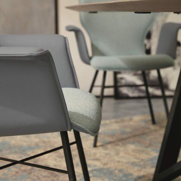 """Musterring """"Nevio V1462"""" Armlehnenstuhl mit Bezug außen in Tendens Slategrey, Bezug innen in Indy 35 Bluegrey und einem Rundrohrgestell Edelstahl anthrazit lackiert Detailbild."""
