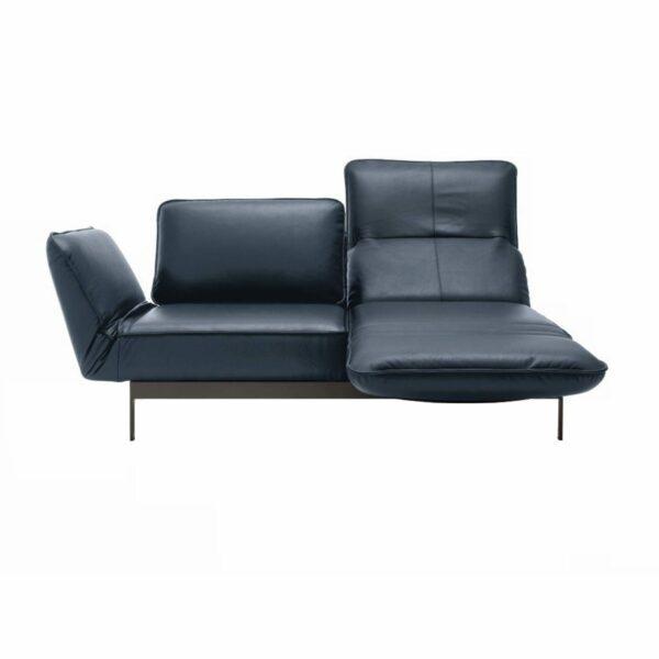 """Rolf Benz """"Mera"""" Sofabank mit Bezug 38.109 graublau sowie einem lackierten Gestell aus Stahl in der Farbe RAL 7022 Umbragrau in frontaler Ansicht mit ausgeklappter Sitzfläche."""